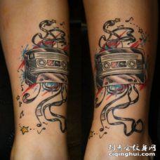 音乐磁带和星星彩色脚踝纹身图案