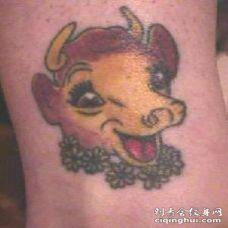 快乐的卡通牛彩色纹身图案