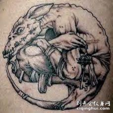有尾巴的奇怪生物纹身图案