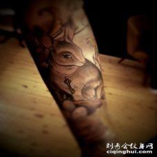 手臂可爱的自然小兔子纹身图案