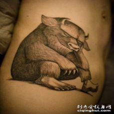 个性的黑白动物牛纹身图案