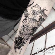 雕刻风格黑色点刺羊头骨和花朵手臂纹身图案