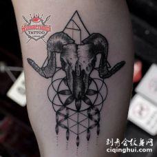 雕刻风格黑色羊头骨与几何装饰纹身图案