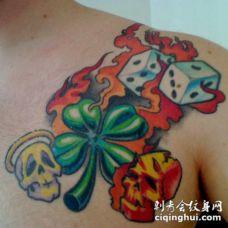 胸部骷髅骰子和四叶草火焰纹身图案