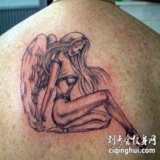 背部顽皮的女天使骑士纹身图案