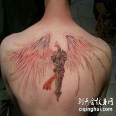 背部大翅膀的骑士天使纹身图案