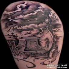 手臂优雅的黑白天使和墓碑纹身图案
