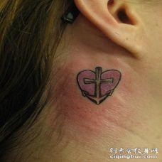 耳后彩色的船锚和心形纹身图案