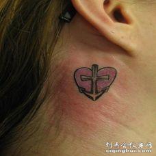 小船锚和心形彩色耳后纹身图案