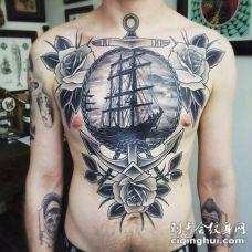 胸部雕刻风格的黑白船锚和玫瑰帆船纹身图案