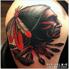 手臂old school彩色印第安人肖像与箭头和斧头纹身图案
