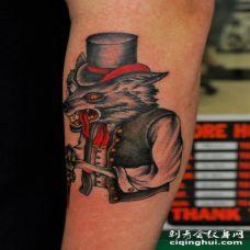 手臂美式传统风格的彩色神秘狼纹身图案