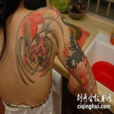 女生背部惊人的鸟为主题艺术纹身图案
