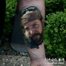 手臂彩色逼真的美国狙击手肖像纹身图案