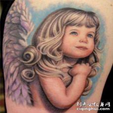可爱的丰富多彩金发女孩天使纹身图案