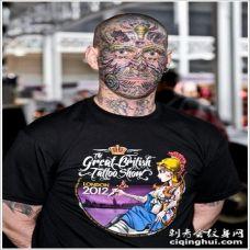 男子惊人的彩绘脸部纹身图案