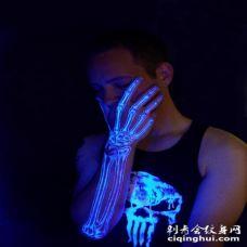 手臂惊人的荧光骨骼纹身图案