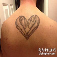 背部婴儿脚和母亲的手组合心形纹身图案
