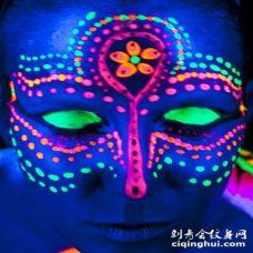 脸部惊人的彩色荧光花朵纹身图案
