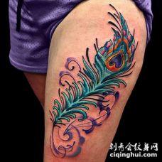 大腿绿松石色彩的孔雀羽毛纹身图案