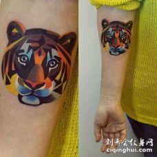 手臂几何式的彩色小虎头纹身图案