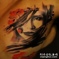半彩色的女人肖像和野花胸部纹身图案