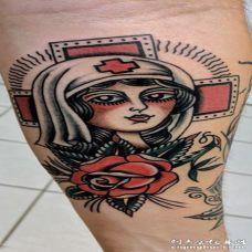 外国医生纹身 男生手臂上彩色的外国医生纹身图片
