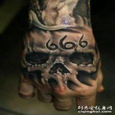3D写实的黑白骷髅与标志手背纹身图案