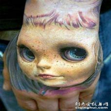 手背3D逼真的大眼娃娃纹身图案