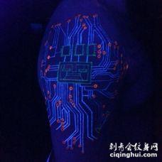 3D写实漂亮的荧光电子线路手臂纹身图案