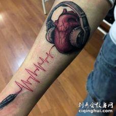 手臂逼真的3D彩色心电图与耳机纹身图案