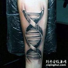 手臂3D黑白的DNA标志纹身图案
