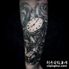 3D写实的黑白时钟与骰子和花朵手臂纹身图案