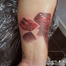 手臂3D彩色的骰子纹身图案