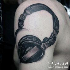 3D逼真的耳机大臂纹身图案