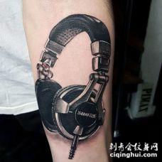 手臂非常精致的3D彩绘耳机纹身图案
