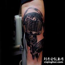 3D有趣的黑白麦克风与耳机手臂纹身图案