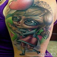 手臂令人印象深刻的3D女孩娃娃纹身图案