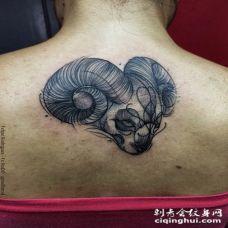 背部黑色的3D部落山羊素描纹身图案
