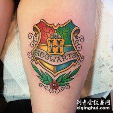 大腿非常漂亮的3D彩色幻想霍格沃茨标志纹身图案