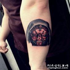 手臂彩色的3D愤怒恶魔肖像纹身图案