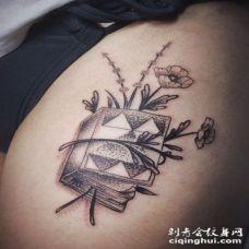 大臂点刺3D风格书籍与罂粟花纹身图案