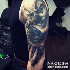 手臂华丽的3D邪恶小丑与地球纹身图案