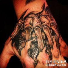 手背令人惊叹的3D黑白生物力学纹身图案