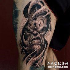 大腿3D风格黑白恶魔怪物是撕皮纹身图案