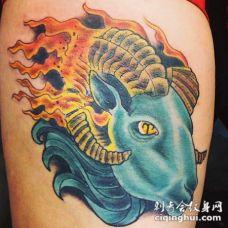 3D风格彩色山羊头与火焰纹身图案