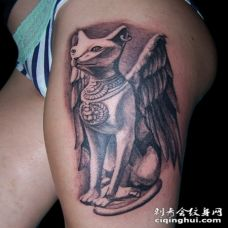 大腿3D华丽的黑色埃及猫雕像和翅膀纹身图案