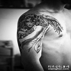 大臂令人印象深刻的3D黑白天使与花朵纹身图案