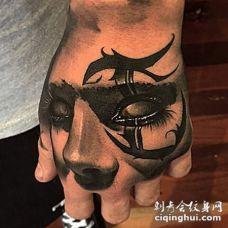 手背部落风格3D黑白女人脸纹身图案