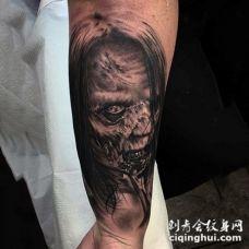 手臂逼真的黑白3D怪物女人纹身图案